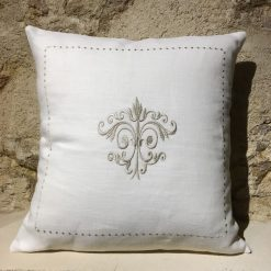 housse de coussin lin blanc broderie monogramme taupe